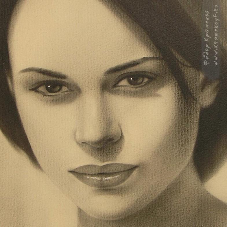 """Фрагмент портрета позволяет увидеть фактуру бумаги, и то, как ложится краска на поверхность. При рисовании в технике \""""сухая кисть\"""" краска втирается кистями в бумагу и ложится на неё. Мазки для такой техники не характерны. На завершающем этапе белилами ставятся блики на глаза и губы."""