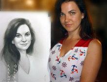Портрет нарисован с натуры за пару часов. на фотографии девушка с нарисованным на нее портретом.