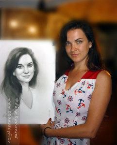 Портрет нарисован за несколько часов. На фотографии девушка с нарисованным на нее портретом.