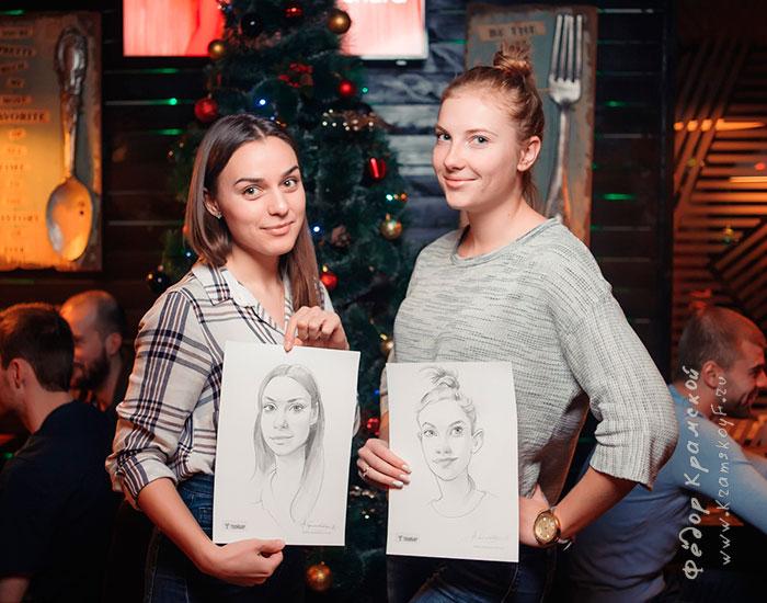 Две девушки держат в руках шаржи, которые нарисовал для них художник шаржист Федор Крамской.